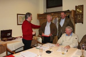 Der Vorsitzende Klaus Holthaus überreichte eine Urkunde und Anstecknadel an Werner Holle und dankte ihm für 25 Jahre Mitgliedschaft in der SPD